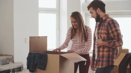 apartamentos : Beautiful young couple unpacking their stuff together in new apartment