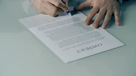 anlaşma : Close up of male hands signing business contract Stok Video