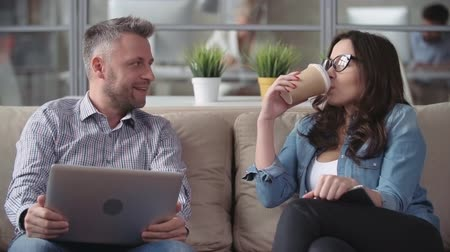 koç : Man telling his female colleague funny jokes at coffee break Stok Video