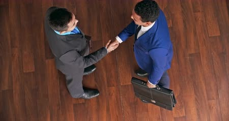 oblek : Two businessmen meeting in the office and shaking hands
