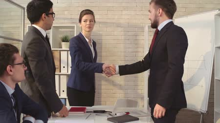 homem de negócios : Female manager shaking hands with business partners in meeting Vídeos