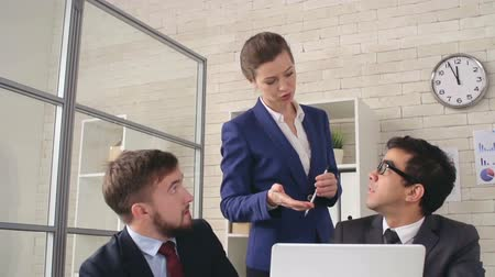 főnök : Female boss giving a feedback to young employees