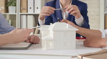 жилье : Team of architect discussing 3d house model in meeting