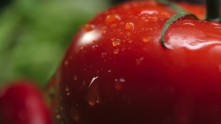 крупный план : Close up of red tomato with water droplets flowing down on skin