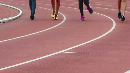 Slow motion close-up shot offemale athletes running on track in competition Wideo