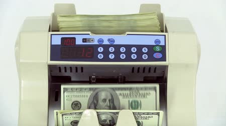 banknoty : Cash money counting machine. Banknote counter are counting hundred dollar bills. Close-up