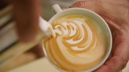 sztuka : Making of cafe latte art, heart shape