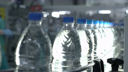 dizilirler : Plastic water bottles on conveyor and water bottling machine industry. Stok Video