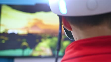 simulace : the boy in virtual reality glasses is playing.