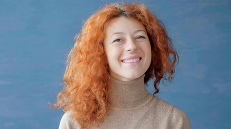 ruivo : Portrait of a redhead woman. She looks at the frame smiling.