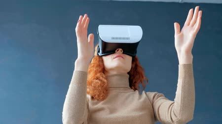 ориентация : Redhead woman with virtual reality glasses Стоковые видеозаписи