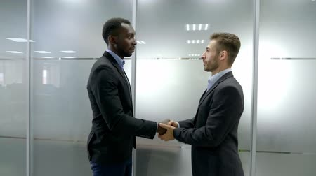 podání ruky : Two business partner shake hands when meeting
