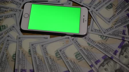 получать : Smartphone where green background. 100 dollars . clous-up 4k