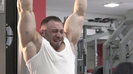 articulação : The champion of bodybuilding making hard exercise for arms and shoulders. Slowly