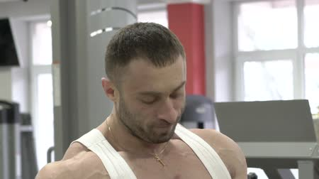 fisiculturismo : Bodybuilder respiring and posing on the camera. Slowly