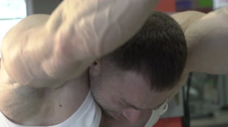 articulação : Close up body and arms of champion doing exercise for bigger biceps. Slowly