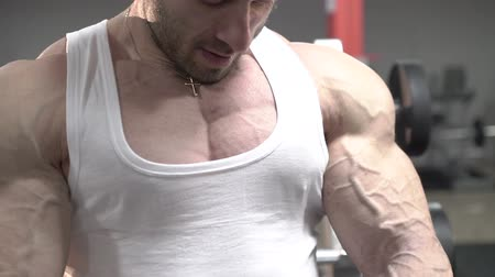 veia : Slowly demonstration bodybuilder arms with distinct veins