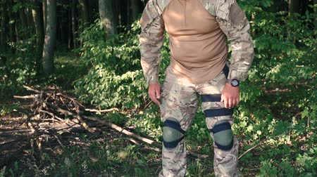 munitions : Warrior wears kneecap in the forest