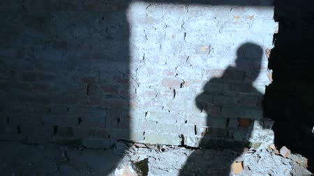 lutador : Silhouette of shadow of kickboxer doing exercise for the big fight in catacomb