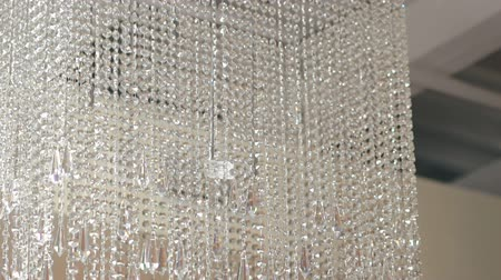 żyrandol : Big crystal chandelier on fashion ceiling