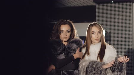celebridade : Two rich girls posing and catwalking in fur coats