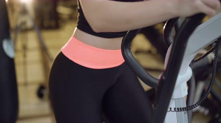 trabalhar fora : Clos up of girls working out with the bicycle simulator in the gym 4K