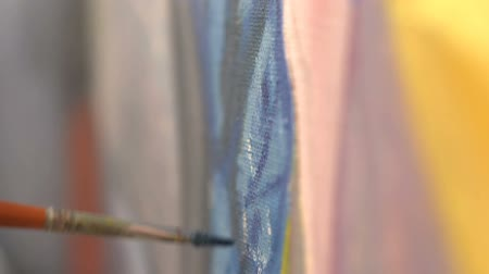 artistas : Artist painting with paintbrush. Close-up