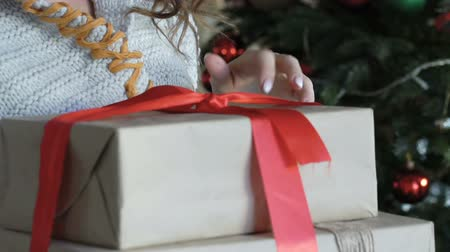 подарок : Close up of happy girl opening christmas gifts