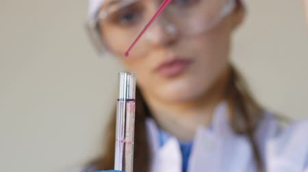 clínico : Medical research student using a laboratory pipette