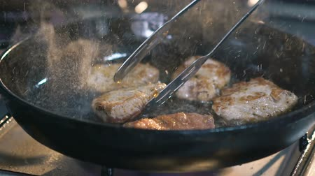 převrátit : Close up of frying meats chops. Slow motion Dostupné videozáznamy