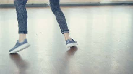 tancerka : Young pretty girl dancing hip-hop in dance studio in 4K Wideo