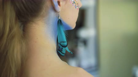 brincos : Bodyart makeup for peahen. Back look of earrings in 4K