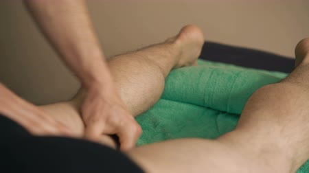tření : The masseur doing sports friction and massage of legs for sportsman