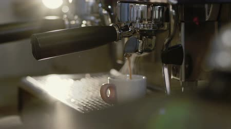 grãos de café : Barista brings a cup of coffee from coffee machine to the table Vídeos