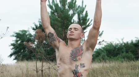 síla : Portrait of brutal free fighter looking on the sky with raised hands. Slowly Dostupné videozáznamy