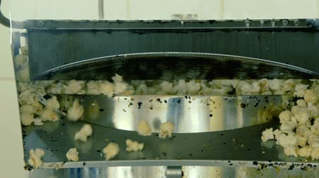 arejado : Process of cooking popcorn on the factory. Close up. Slowly