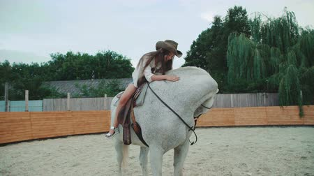 pónei : Young happy girl poses on pretty white horse on the area. 4K
