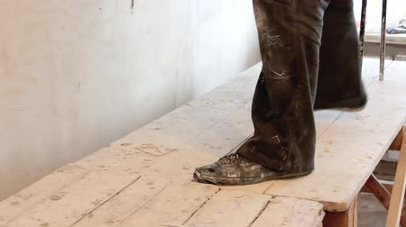 decorador : Feet Plasterer on the scaffolding Stock Footage