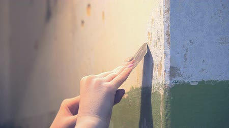 sujo : Removes old plaster from the wall with a scraper