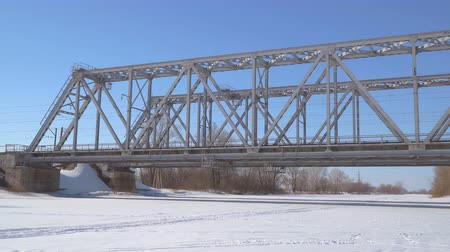 colocar : Panorama Railway bridge over the winter river.