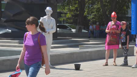 sempre viva : SAMARA, RUSSIA - JUNE 19, 2018: Living statue of a man in a tailcoat and hat