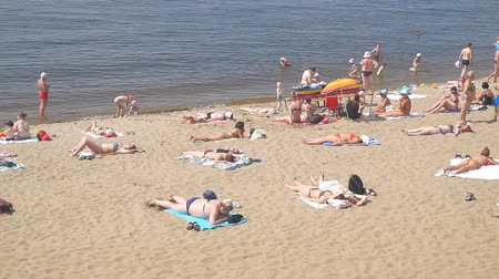 cote : SAMARA, RUSSIA - JUNE 19, 2018: People on the beach. Volga river. Slow motion
