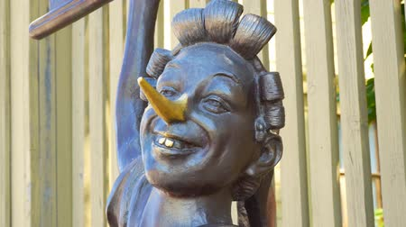 кукла : SAMARA, RUSSIA - CIRCA JUNE, 2018: Bronze statue of Pinocchio. The face of Pinocchio and his long nose close up. Museum-Estate of the writer A.N. Tolstoy. Стоковые видеозаписи