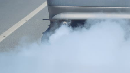 spaliny : Exit the smoke from the exhaust pipe of the car. The car smokes
