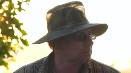 hnědožlutý : Portrait of a man in dark glasses and khaki protective hat Dostupné videozáznamy
