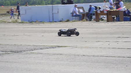 yönlendirmek : Samara, Russia - September 11, 2018: A black radio-controlled model of a car drives fast in the park. Slow motion Stok Video