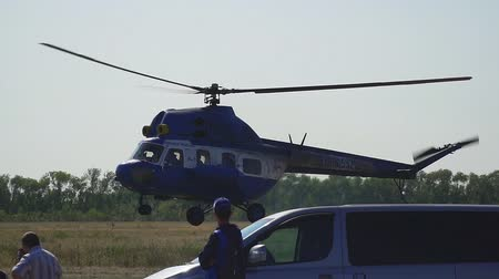 piloot : Samara, Rusland - 11 september 2018: de helikopter komt aan land. Slow motion