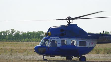 navigovat : Samara, Russia - September 11, 2018: The helicopter is on the ground. The helicopter spins the propeller. Slow motion Dostupné videozáznamy