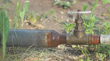 rozsdásodás : Old rusty pipes and a water tap. Water leakage