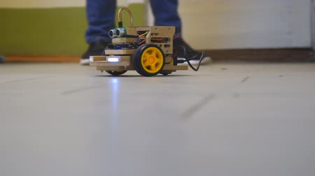 ралли : Homemade model cars rides on the floor. Designs the model of the machine or car. Modeling Стоковые видеозаписи